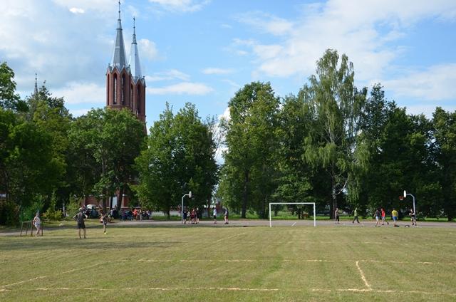 Līksnas pagasta jaunieši atjaunoja slēgtās Līksnas pamatskolas sporta laukumu